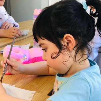 children focusing on arts